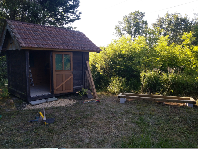 Bienenhaus und Läger in der Waldlichtung
